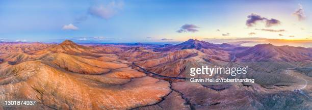 mountain road crossing the volcanic landscape near sicasumbre astronomical viewpoint, fuerteventura, canary islands, spain, atlantic, europe - gavin hellier stock pictures, royalty-free photos & images