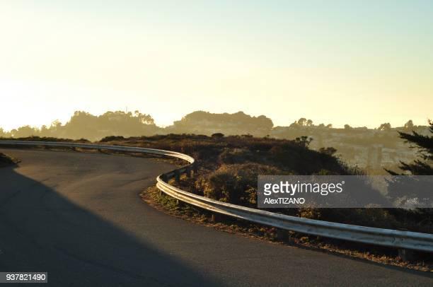 mountain road in san francisco - freie straße stock-fotos und bilder