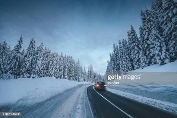 bergstraße im winter - schneebedeckt stock-fotos und bilder