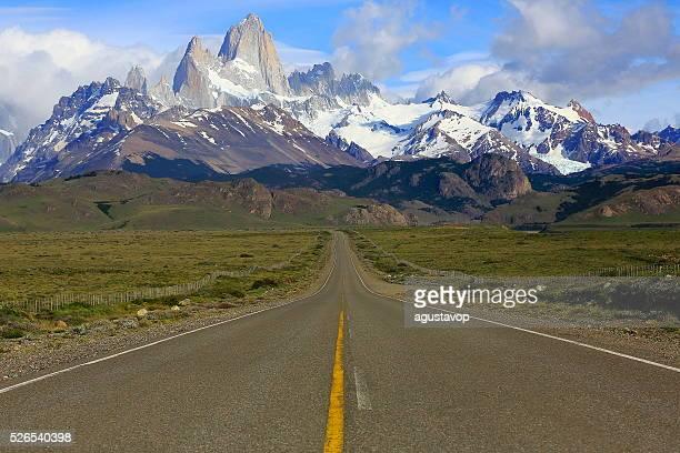 mountain road to chalten, fitzroy, patagonia argentina, los glaciares - chalten stock pictures, royalty-free photos & images