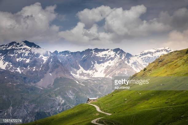 コル・ド・リゼーランへのマウンテンロード - ヴァル・ディゼールの春の牧歌的な高山風景 - フランスアルプス - イゼール県 ストックフォトと画像