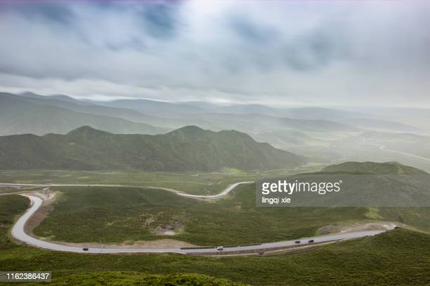mountain roads on the qinghai-tibet plateau in china - 台地 ストックフォトと画像