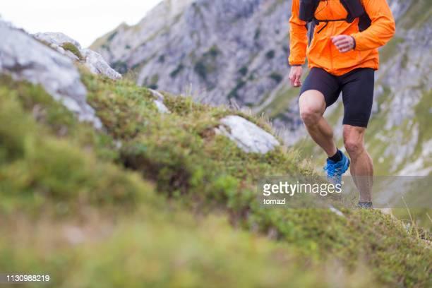 クローズアップの男性を実行している山 - 耐久力 ストックフォトと画像
