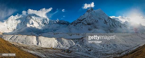 Mountain sunburst über die dramatischen schneebedeckten Gipfeln panorama Himalaya Basecamps Nepal