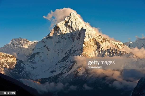 montagna tramonto luce dorata picchi innevati creste - valle foto e immagini stock