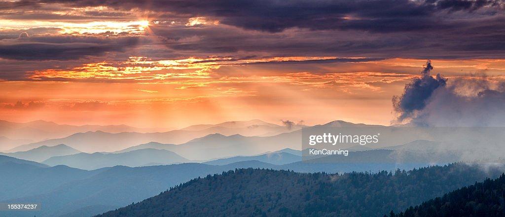Montanha ao pôr-do-sol : Foto de stock