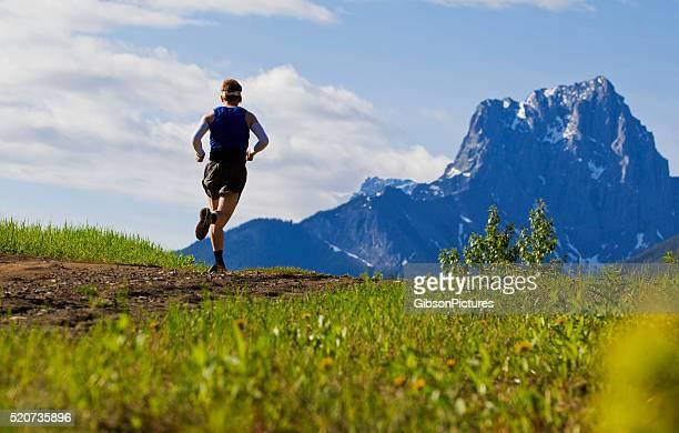 senderos de montañas runner - acabar fotografías e imágenes de stock