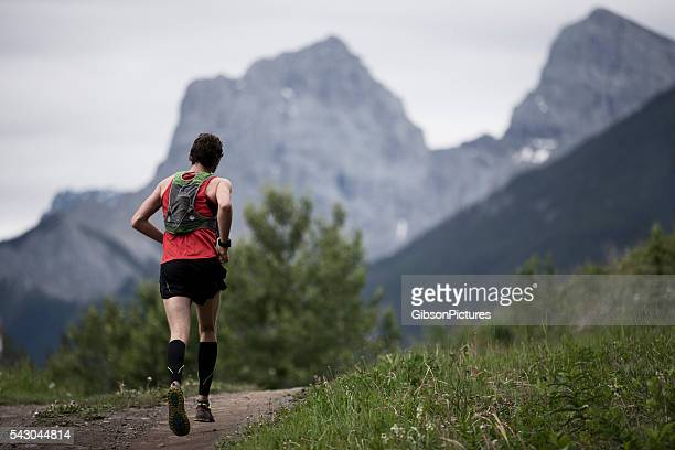 mountain trail runner - cross country running stock pictures, royalty-free photos & images