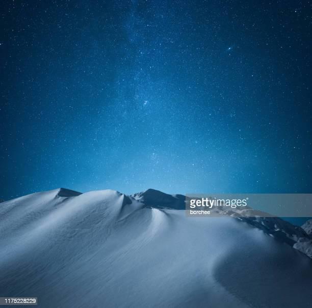 berg onder de sterrenhemel - landschap buiten de steden gelegen gebied stockfoto's en -beelden