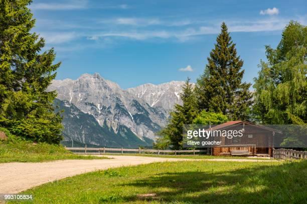 Blick auf die Berge vom Gipfel des Gschwandtkopf in den österreichischen Alpen