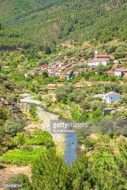 mountain village and river - extremadura fotografías e imágenes de stock