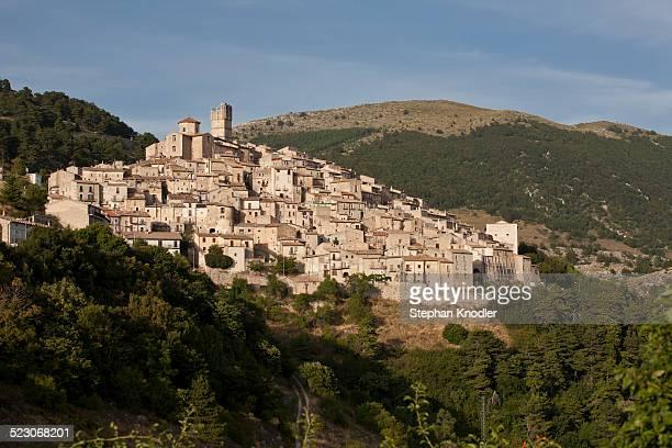mountain village of castel del monte, laquila, italy, europe - castel del monte foto e immagini stock