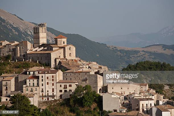 mountain village of castel del monte with scaffolded tower after earthquake in 2009, laquila, italy, europe - castel del monte foto e immagini stock