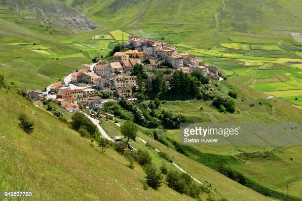 mountain village of castelluccio, national park, sibillini mountains, piano grande plateau, umbria, italy - カステッルッチョ ストックフォトと画像