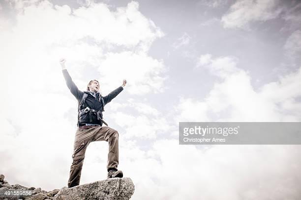 Mountain Walking Mann feiert auf Klippe Edge