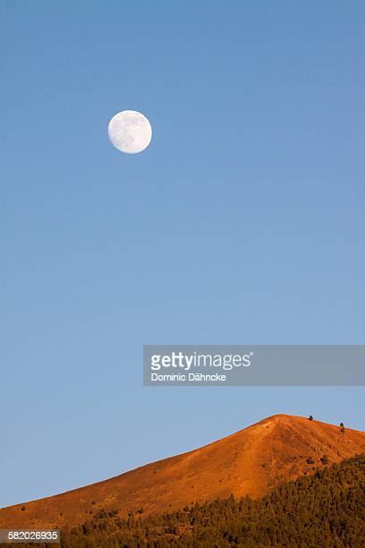 mountain with moon - dähncke fotografías e imágenes de stock