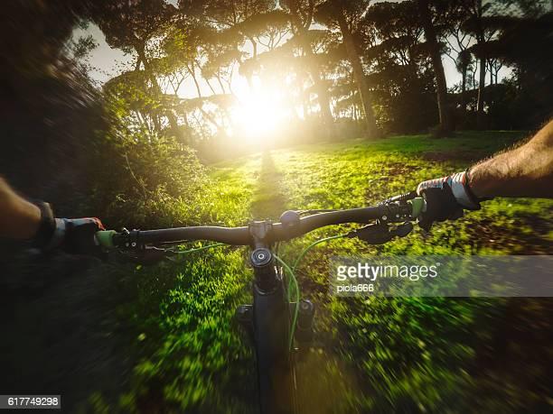 Mountainbike Corrida na floresta
