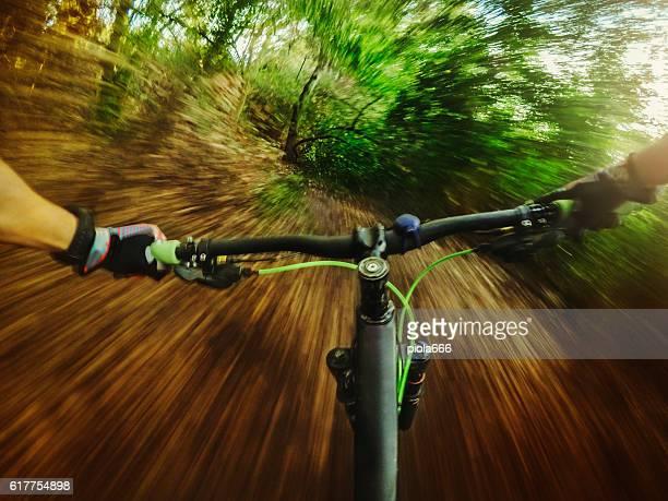 Mountainbike balade dans la forêt.