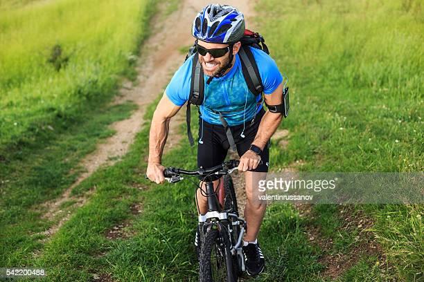 Mountainbiker escalade la montagne