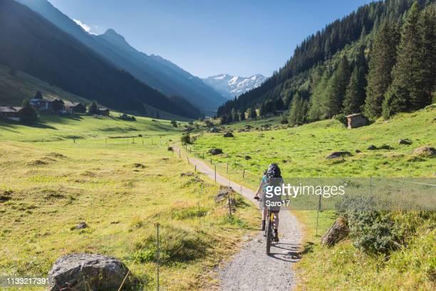mountainbiker ist in das dischma-tal, davos. - davos stock-fotos und bilder