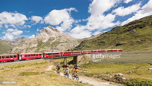 Mountainbiker auf Bernina-Express, Schweiz