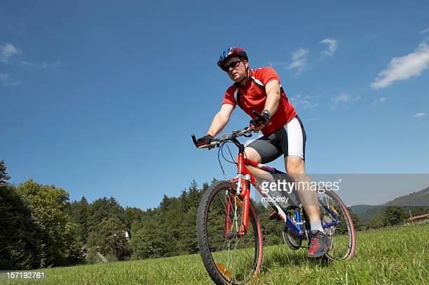 Mountainbiker auf mountain bike im malerischen schießen