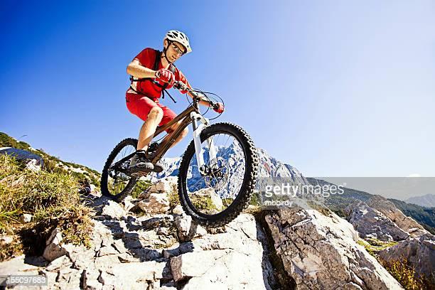 Mountainbiker auf steilen Wanderweg