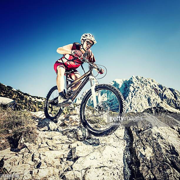 Mountainbiker em inclinado trail