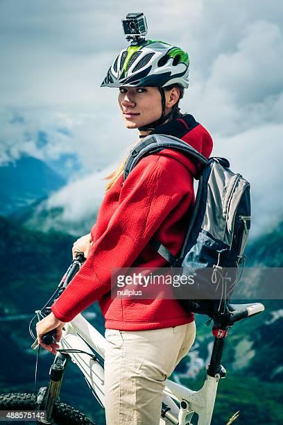 Mountainbiker mit Actioncam auf Helm