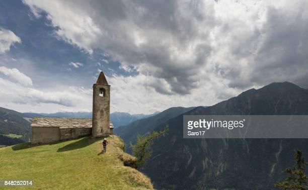 mountainbiken am rande von san romerio, schweiz. - kirche stock-fotos und bilder