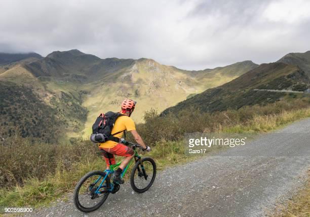 イタリア フリウリ山中砂利道のマウンテン バイク。