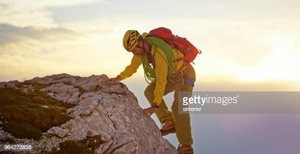 Alpinista de escalada en montaña