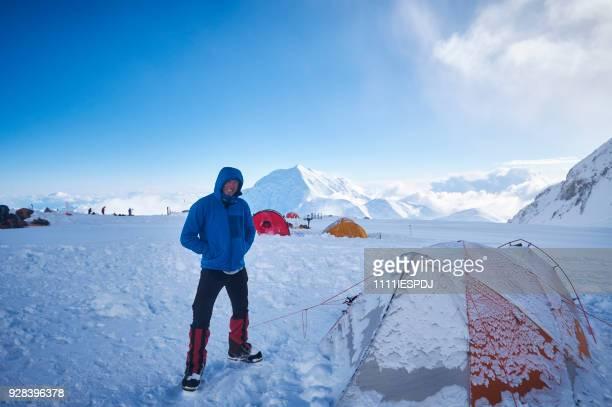 Bergbeklimmer in camp 03 Denali op de gletsjer op de West Buttress-route.