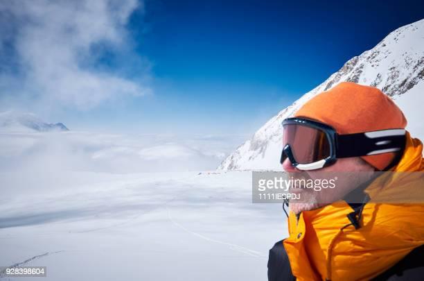 Bergbeklimmer ziet er in de verte op kamp 03 op Denali