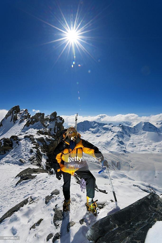 Mountaineer on Oxygen achieving summit : Stockfoto