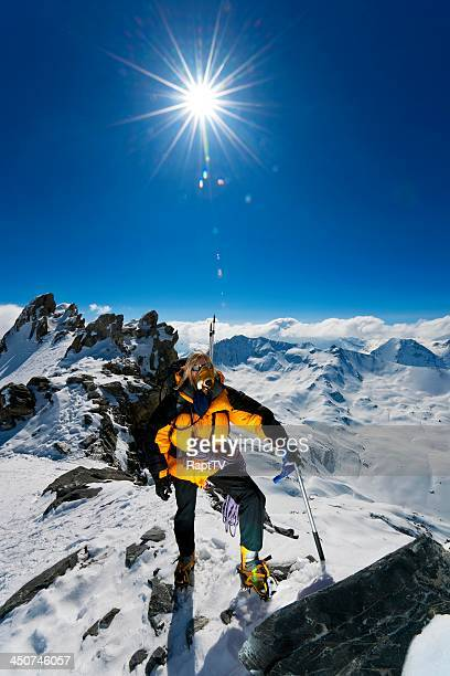 mountaineer on oxygen achieving summit - zuurstofmasker stockfoto's en -beelden