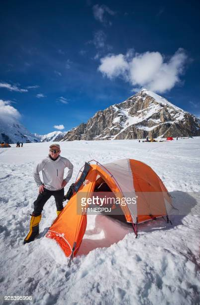 Bergbeklimmer permanent voor zijn tent op Denali