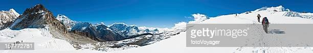 mountaineer teams climbing himalaya peak nepal - solu khumbu stock pictures, royalty-free photos & images