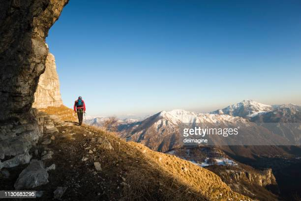 mountaineer walking on mountain ridge - patagonia foto e immagini stock