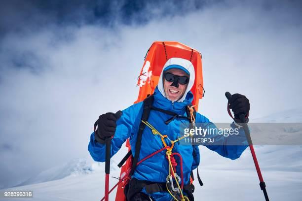 Bergbeklimmer met slee op zijn rug komt neer op Denali.