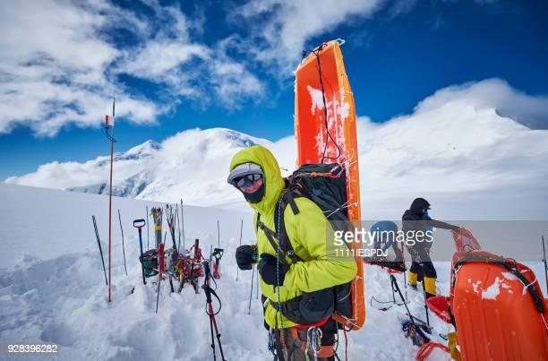 Bergbeklimmer met slee op zijn rug op Denali.