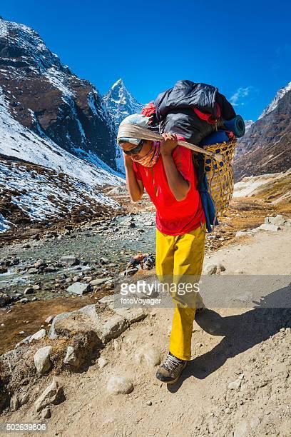 Bergsteigen sherpa-porter tragen doko Korb auf trail Himalajagebirge Nepals