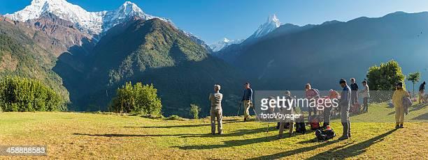 Bergsteiger und Sherpas aufstellen camp bei Sonnenaufgang Annapurna-Himalajagebirge Nepals