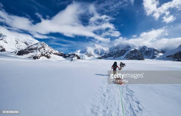 Bergbeklimmers klimmen Denali trekken een slee.