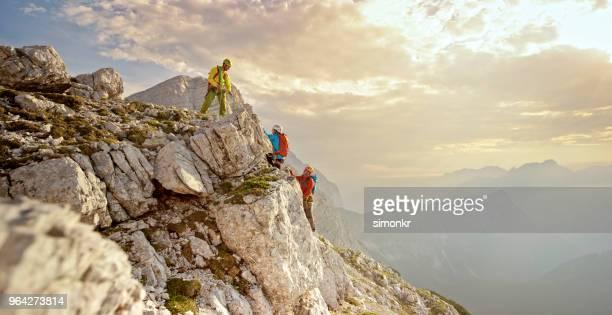 Montañeros de escalada en montaña
