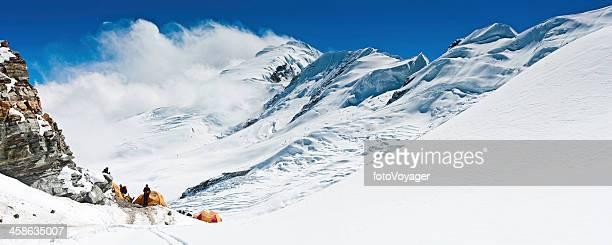Bergsteiger high altitude base camp Bergpanorama Himalajagebirge