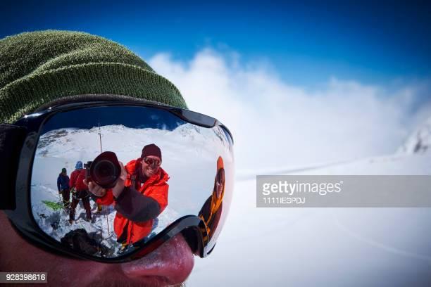 Bergbeklimmers maken een selfie via een ski goggles op Denali