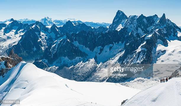 s mountaineers en nívea alpine ridge alpes franceses - valle blanche fotografías e imágenes de stock