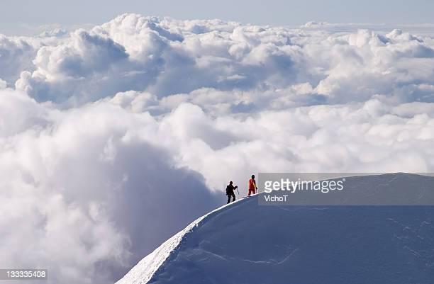 Bergsteiger Sie ein mountain ridge hoch über den Wolken