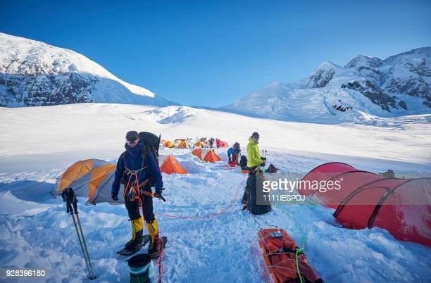 Bergbeklimmers bereiden in kamp 01 te beklimmen Denali.